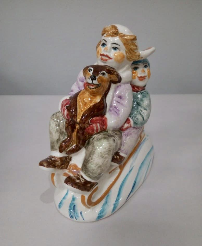 statuetka-troe-v-sankah-schitaya-sobaku-avtorskaya-rabota-hudozhestvennaya-keramika
