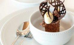 белая посуда для ресторанов с бусинками по борту, белая тарелка и салатник со столовой ложкой и столовой вилкой в сервировке стола