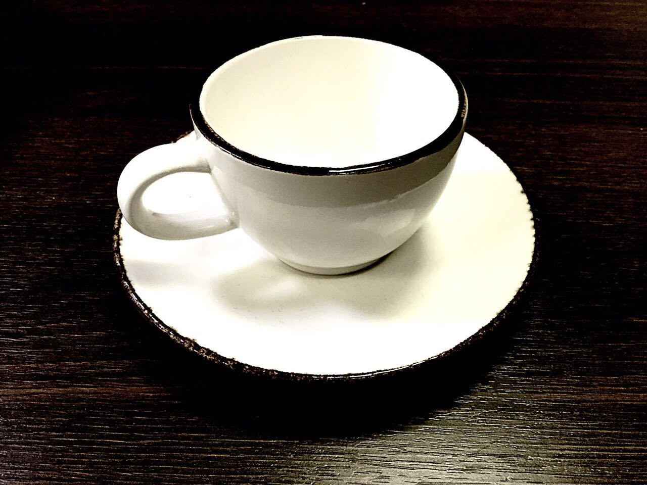 чайная чашка с блюдцем белого цвета с коричневой окантовкой по борту