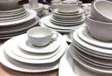 купить посуду оптом белого цвета, чашка, бульонная пара, треугольная тарелка, штабелируемая посуда белого цвета на столе