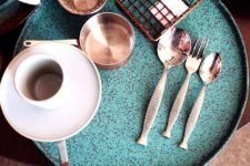 посуда для ресторанов зеленая тарелка в крапинку с корзинкой для фри бежевой кофейной парой и столовыми приборами в форме рыбы