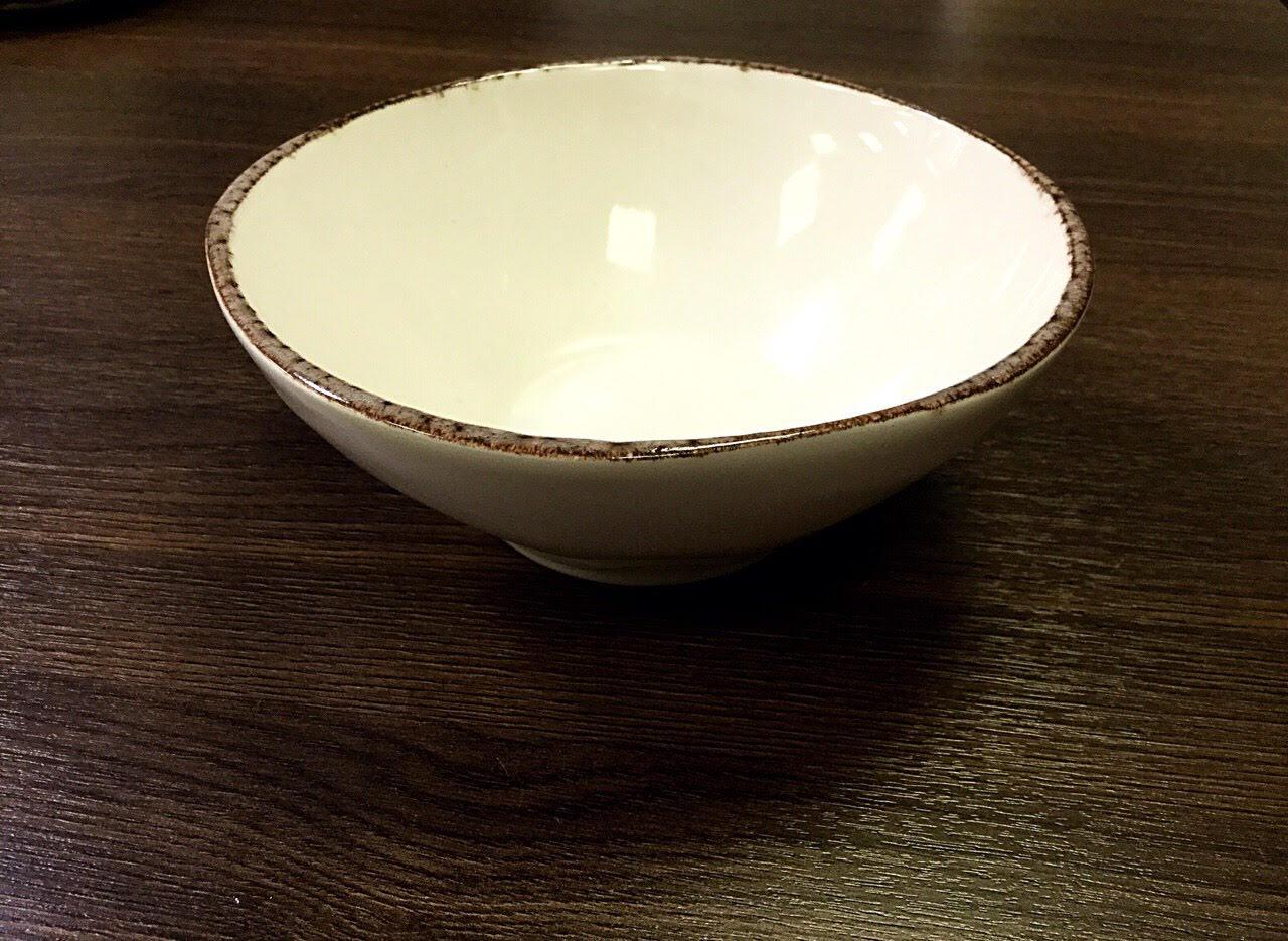 салатник 17 см белого цвета с коричневой окантовкой по борту
