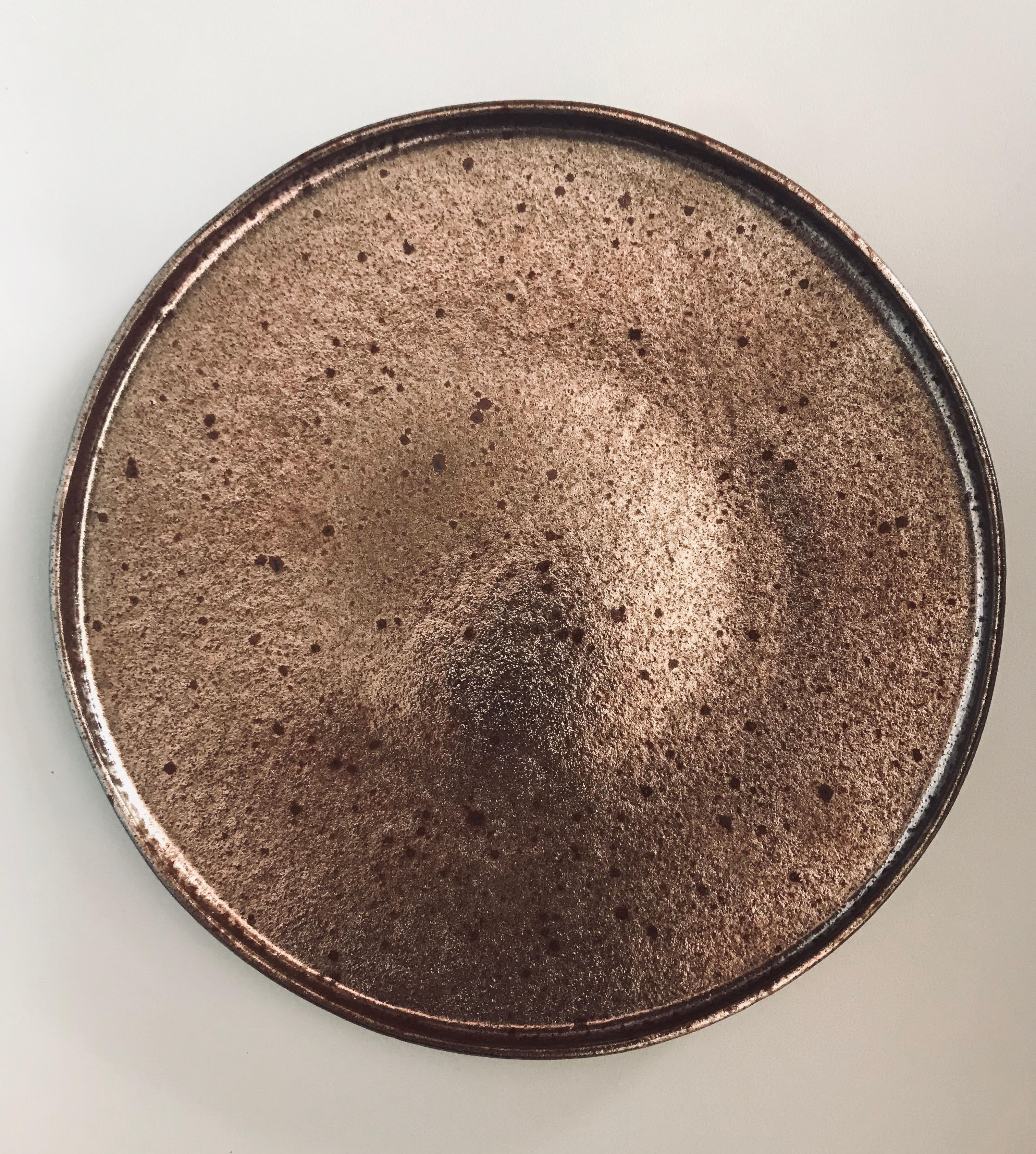 тарелка 22 см коричневого цвета с прямым бортом с металлическим блеском