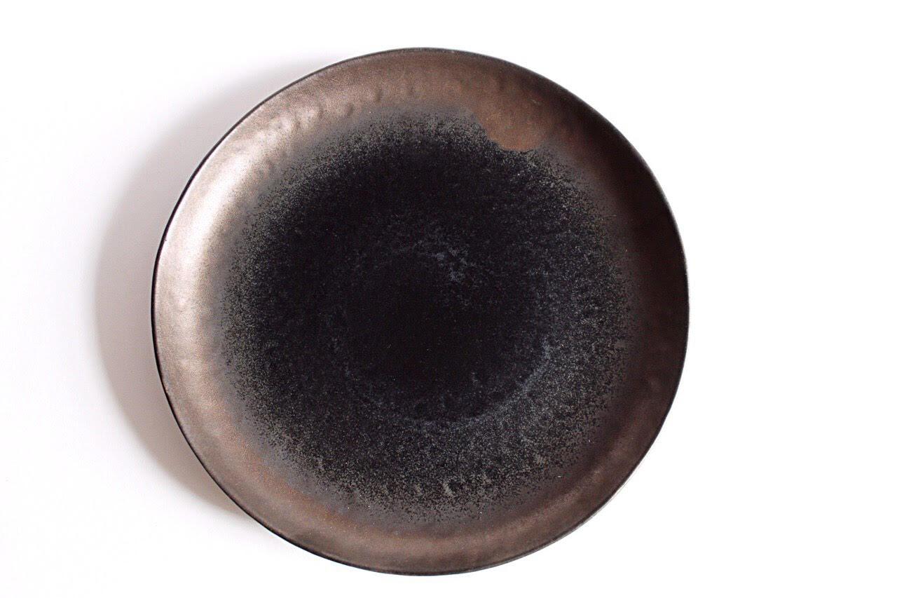 круглая тарелка 22 см из керамики коричнево-серого цвета