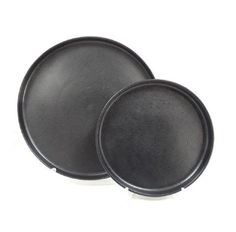черная посуда разного диаметра с прямым бортом