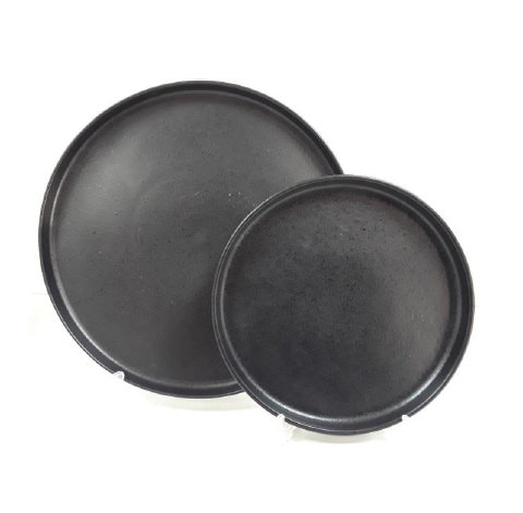 черные тарелки с высоким бортом двух размеров