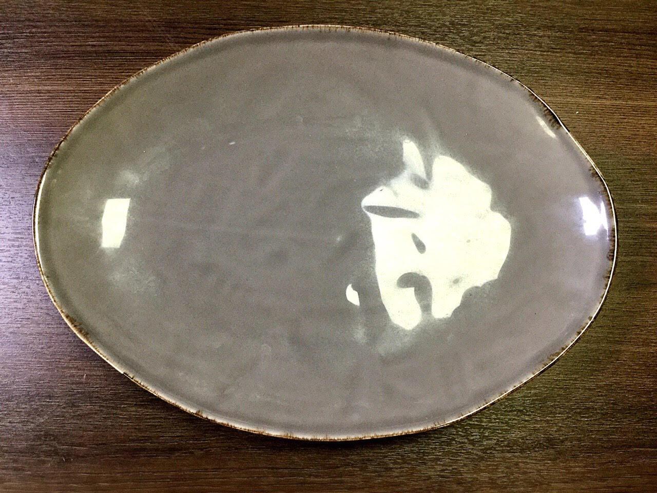 тарелка овальная серого цвета с коричневой окантовкой